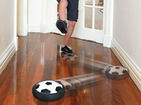In huis voetballen met de air powered hover soccer disc